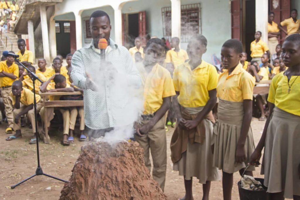 Les élèves de la classe de 4è ont montré une application de leur cours de géologie à travers la simulation d'un volcan avec les différentes phases de l'éruption.