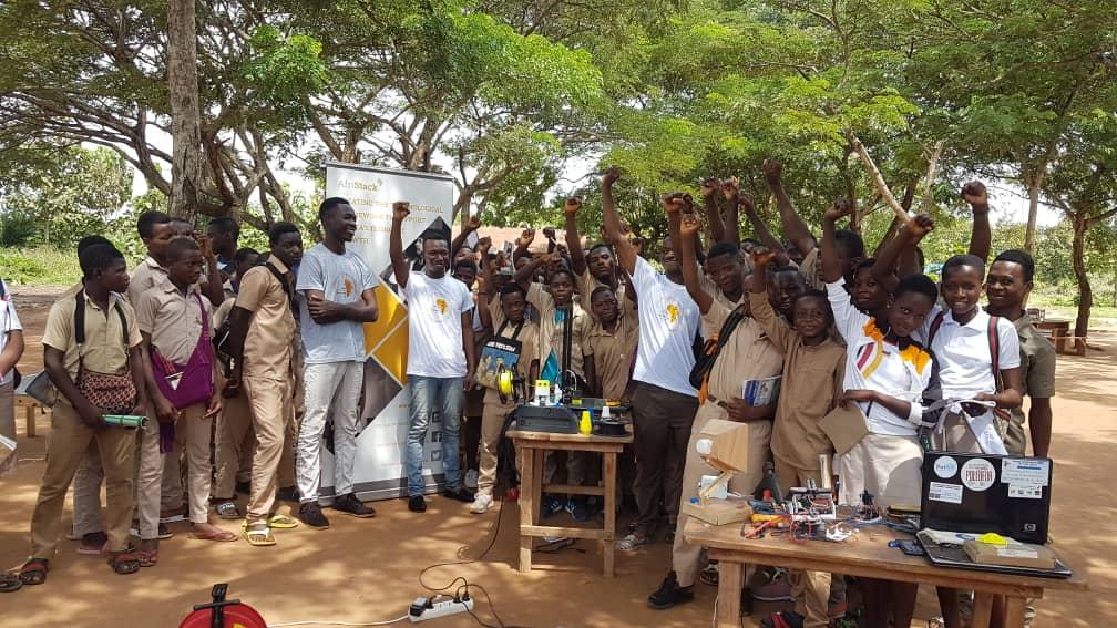 De jeunes élèves de Kouvé après les expériences scientifiques